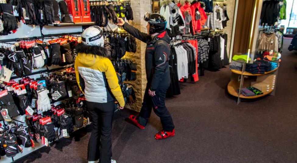 Sales conversation at the Intersport shop on the Stubai Glacier