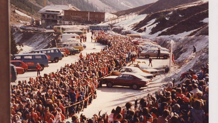 Old picture with huge crowd on the Stubai Glacier 1990 to 1999