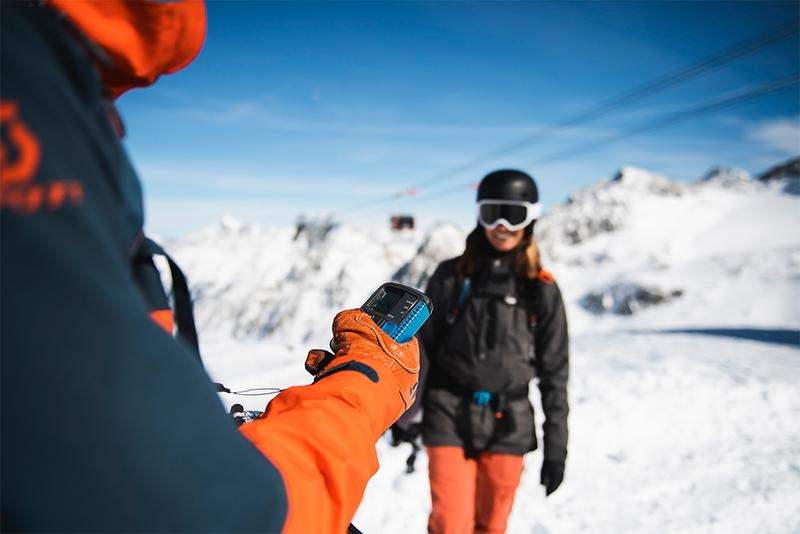 Two freeride skiers at the avalanche transceiver check in the Stubai Glacier free ride area